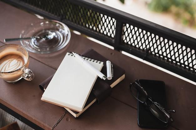 Tasse à café sur table en bois rustique