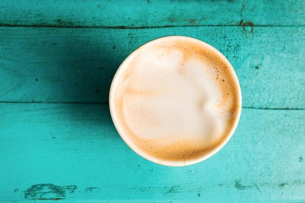 Tasse à café sur la table en bois turquoise vue de dessus l'été