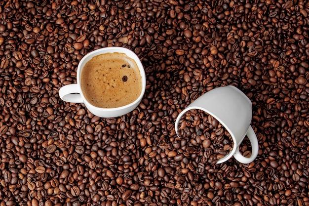 Tasse à café sur table en bois. vue du haut