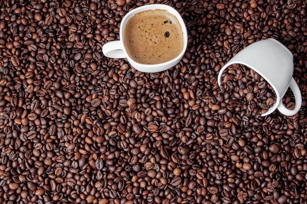 Tasse à café sur table en bois. vue d'en haut.