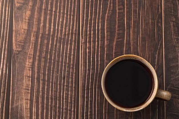 Tasse à café sur table en bois
