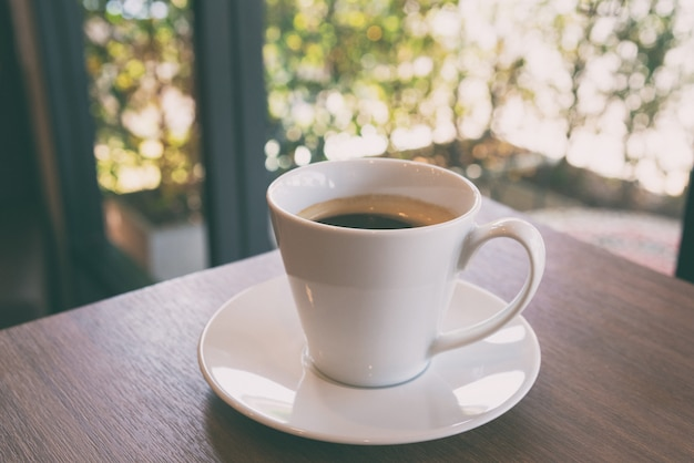 Tasse de café sur une table en bois