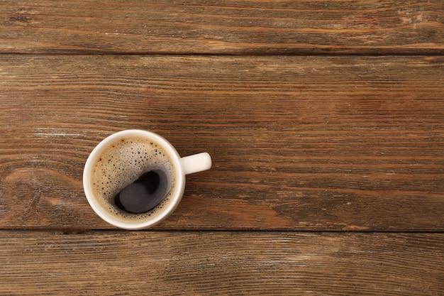 Tasse de café sur table en bois