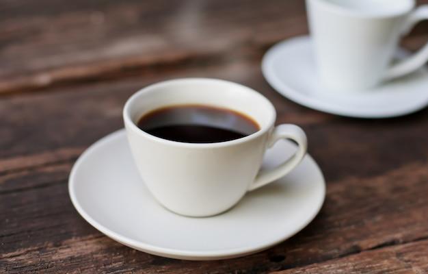 Tasse à café sur une table en bois.