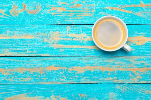 Tasse à café sur la table en bois