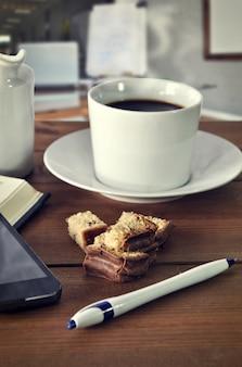 Tasse à café sur la table dans un bureau
