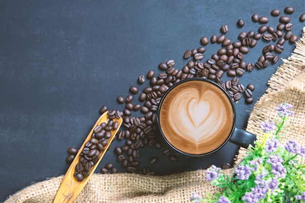 Tasse de café sur la table noire