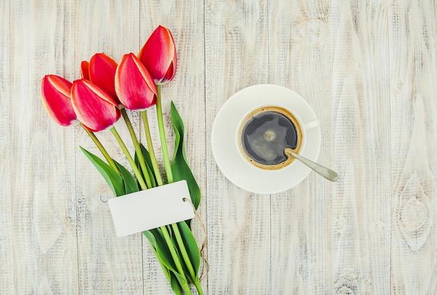 Tasse de café sur la table pour le petit déjeuner. mise au point sélective.