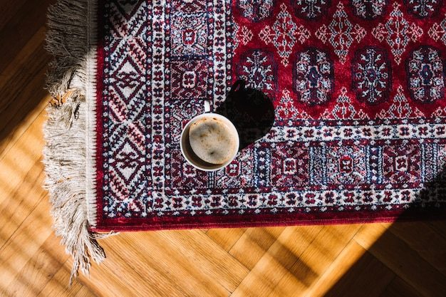 Tasse de café sur le tapis