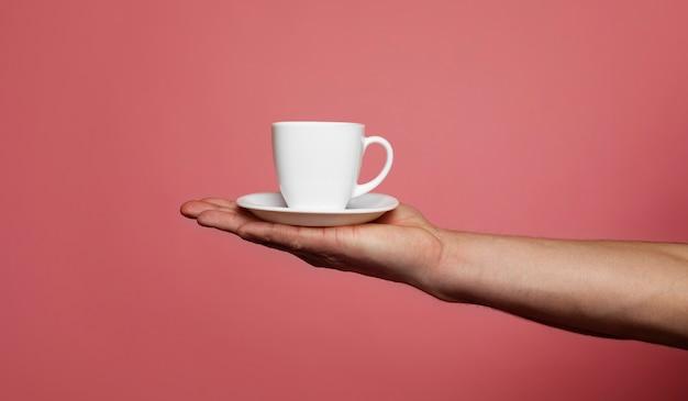 Une tasse de café. tasse de café dans la main d'un homme.