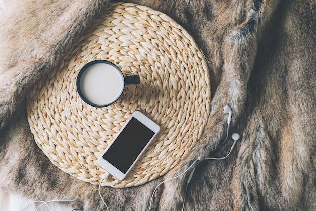 Tasse de café avec téléphone et écouteurs, style scandinave