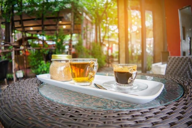 Tasse à café et thé avec pot de sucre sur la table