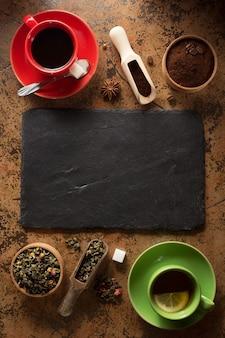 Tasse de café et de thé sur la surface de la table