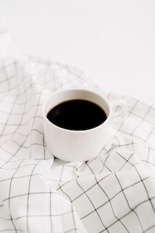 Tasse à café sur tissu.