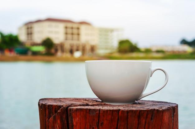 Tasse de café avec la tour de construction floue