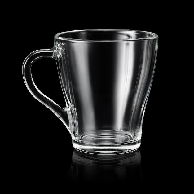 Tasse à café transparente vide en verre isolé sur fond noir