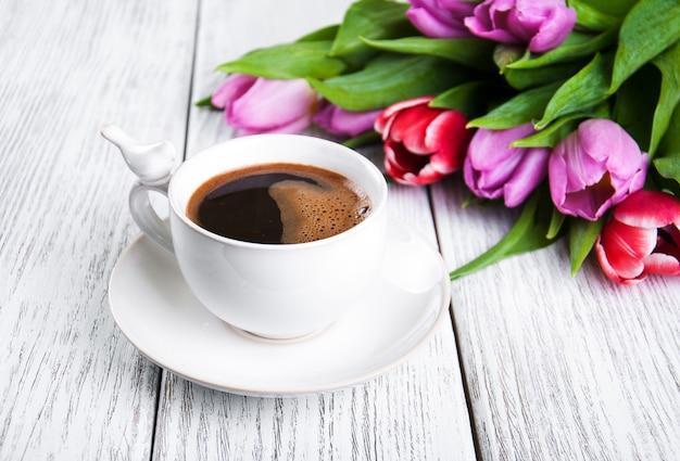 Tasse de café avec des tulipes