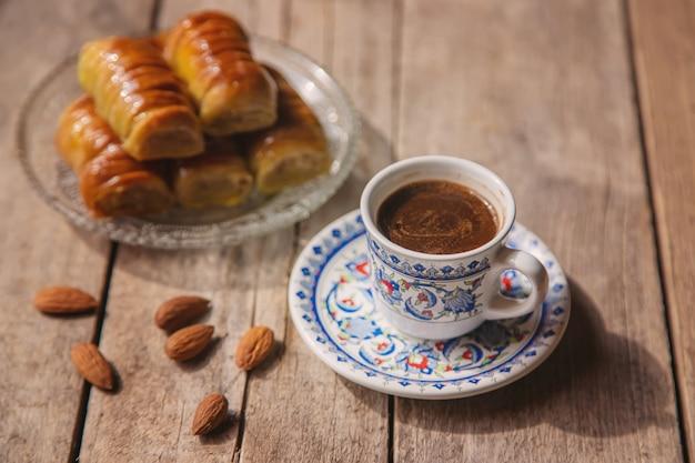 Une tasse de café turc et de baklava.