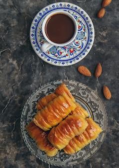 Une tasse de café turc et baklava