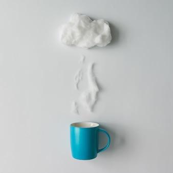 Tasse de café à vapeur et nuage en coton