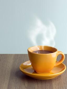 Tasse de café à la vapeur sur la table