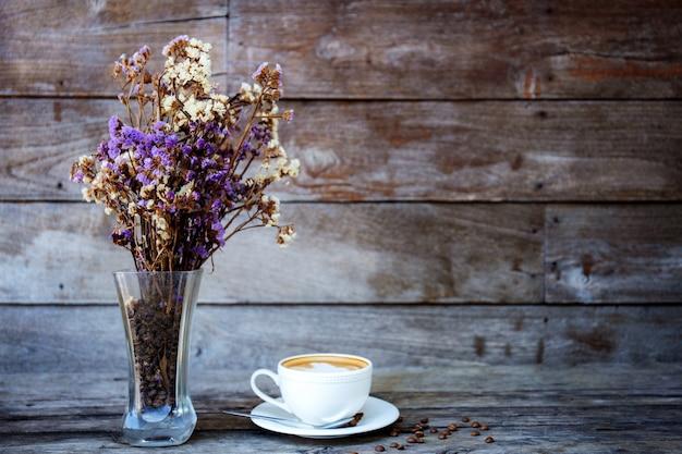 Tasse à café et vase sur bois.