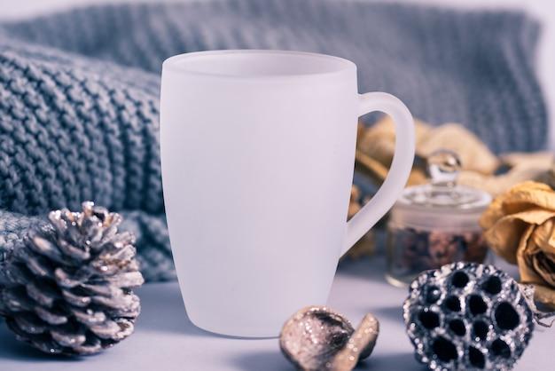 Tasse à café en verre mat blanc avec décoration d'hiver