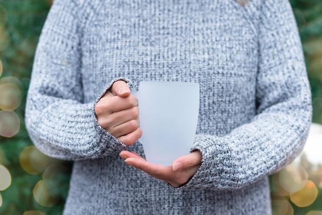 Tasse à café en verre mat blanc, tasse dans les mains de la femme,