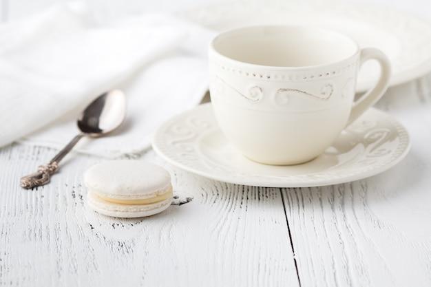 Tasse à café vide et cuillère