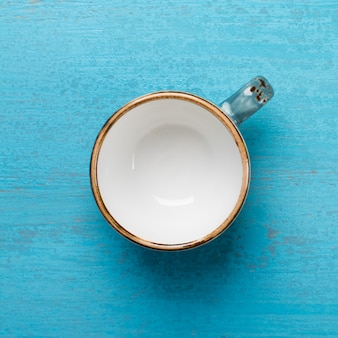 Tasse à café vide sur un fond en bois bleu. image carrée