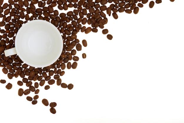 Tasse à café vide avec des grains de café pile