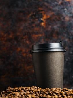 Tasse de café sur un vieux fond sombre rouillé