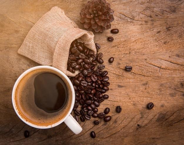 Tasse à café vue de dessus avec grain de café sur fond de bois