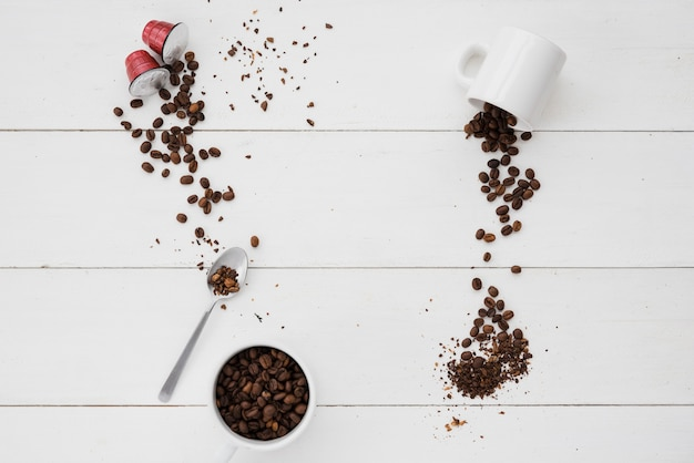 Tasse à café vue de dessus avec des grains