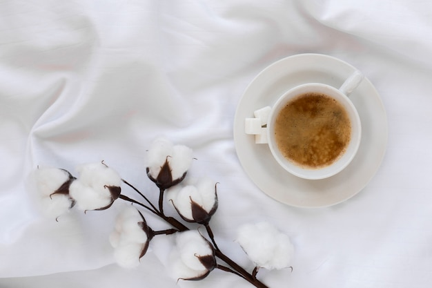 Tasse de café vue de dessus sur un plateau