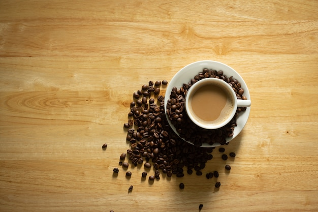 Tasse à café sur une vue de dessus de table en bois