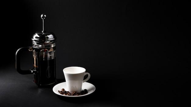 Tasse de café vue de face avec bouilloire