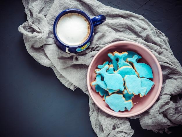 Tasse de cappuccino et biscuits frais de vacances