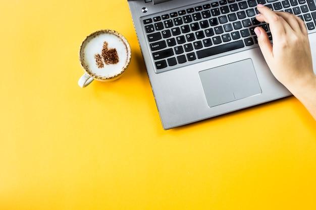 Une tasse de cappuccino sur laquelle est dessiné un sourire comme un pouce levé