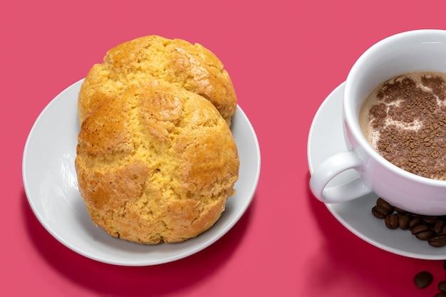 Tasse de cappuccino et pain de mas