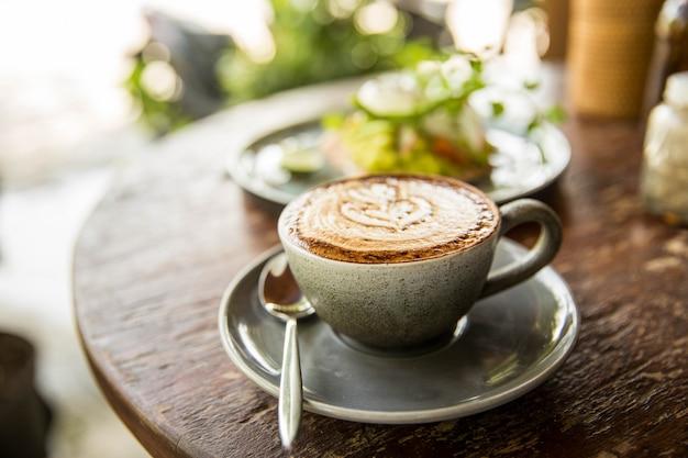Tasse de capuccino chaud sur la table en bois