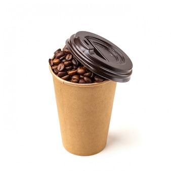 Tasse en carton remplie de grains de café. isolé.