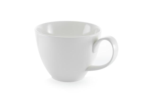 Tasse en céramique blanche sur fond blanc