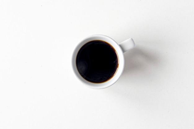 Tasse en céramique avec café noir chaud, vue de dessus à plat, espace pour le texte