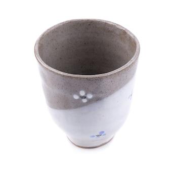 Tasse en céramique noire isolée sur fond blanc