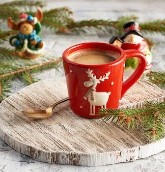Tasse en céramique rouge avec café noir