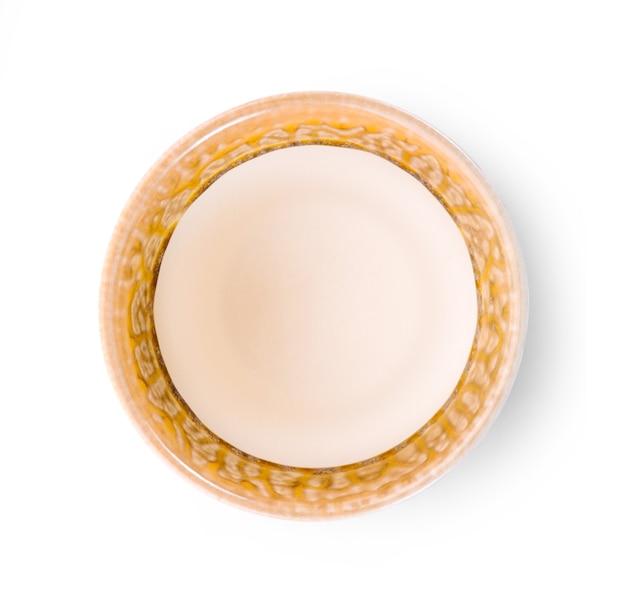 Tasse en céramique vintage sur fond blanc