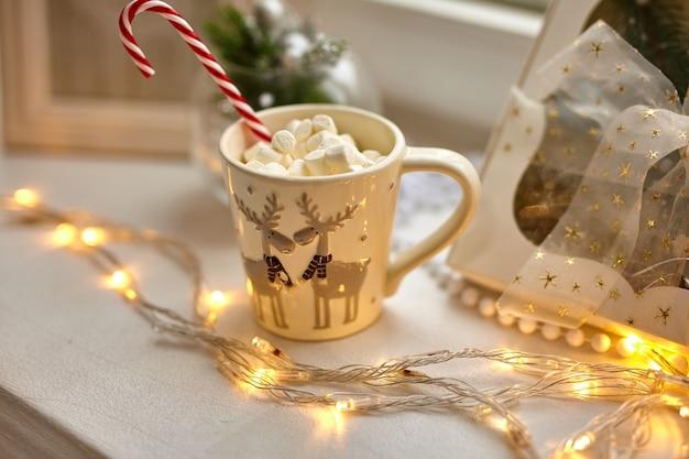 Tasse de chocolat aux guimauves, décorations de noël