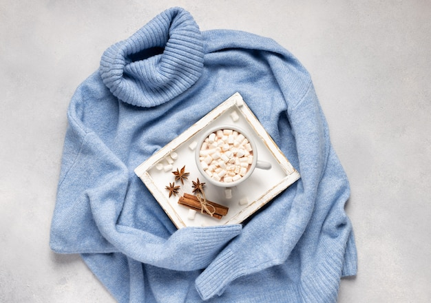 Tasse de chocolat chaud aux guimauves et épices