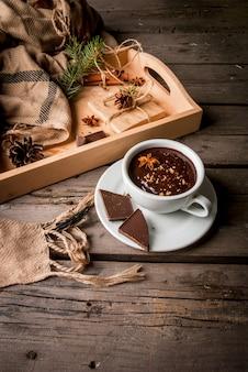 Tasse de chocolat chaud et cadeau de noël sur table rustique